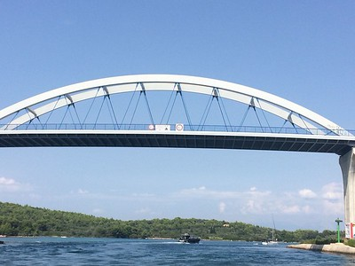 Foto's van Freek die heeft onderzocht of de brug wel/niet hoog genoeg is voor de mast van Das Boot