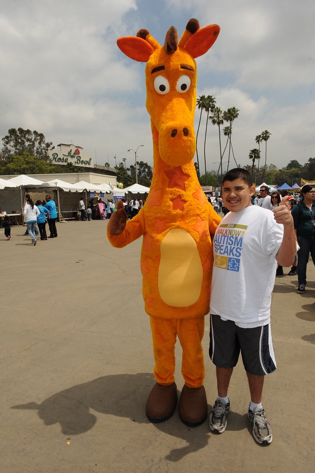 Walk participant with Toys R Us mascot Geoffrey the Giraffe