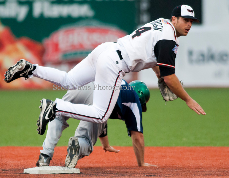 Florence Freedoms Tim Grogan tries to turn a double play.(Cincysportszone/Scott Davis)