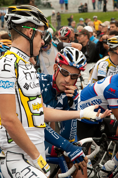 Rogers and Hincapie talk before the race starts.