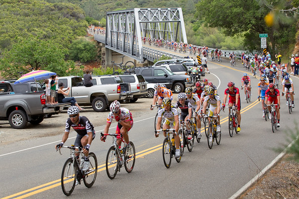 Cervelo and Jelly Belly have sent a few riders forward now that the peloton is holding the lead steady...