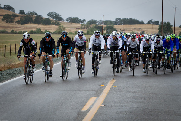 A nasty cross wind has the peloton creating echelons as they chase the escape.
