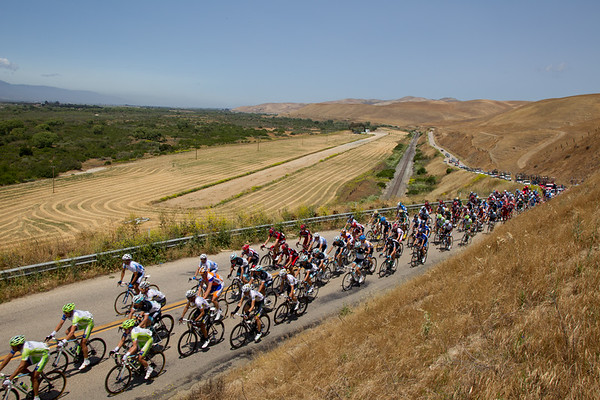 The peloton, now just over two minutes behind, climbs the same hill...