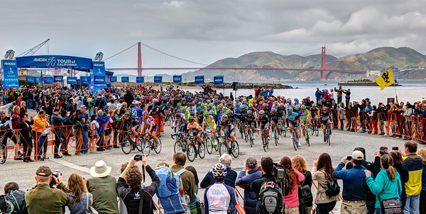 THe pleoton rolls out from Marina Green with the Golden Gate Bridge as a great backdrop.