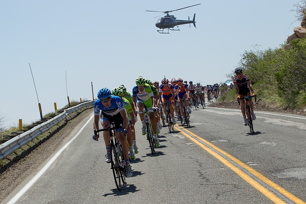 The peloton is flying in pursuit, it is going to be close!