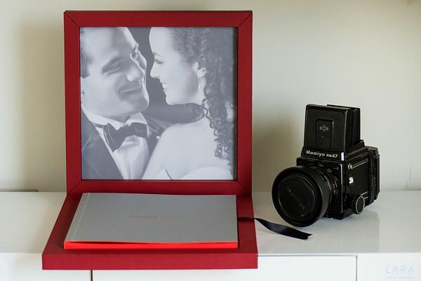Sotrybook ITALIANO tamaño 25cm x 25cm con 40 paginas. BOX de Cuero rojo Garnet con cover en Linen Brillant color silver  (Los acabados son personalizabas en base a cartilla de materiales)