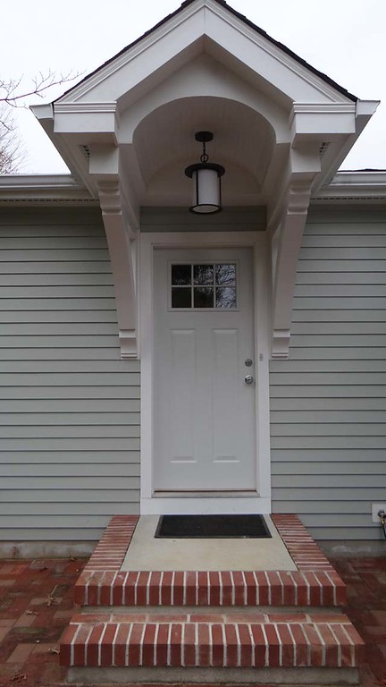 Front Porch with Wood Bracket 16T6
