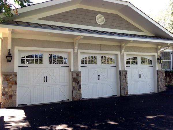 Garage with Wood Bracket 10T16