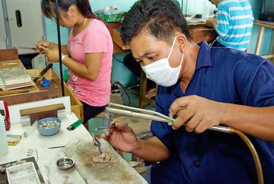 Lodding av sølvknapper til bunad