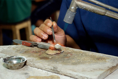 Produksjon av filigran sølknapper krever stor presisjon