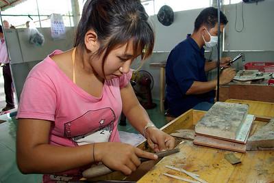 Arbeid i sølvsmien til Bunad For Menn