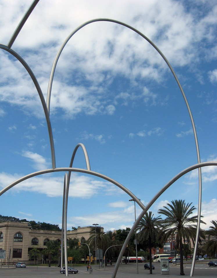 An interweaving of seven tubular steel structures suggesting waves on the sea?  Valencian artist Andreu Alfaro