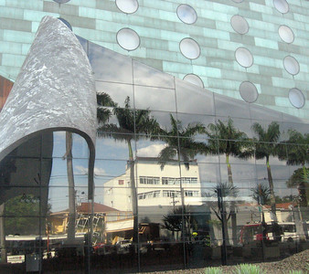 The cruved and mirrored facade of Hotel Unique.