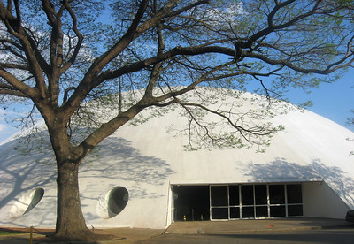 Across from the Auditorio is Oca do Ibirapuera, a dome/Brazilian roundhouse designed by Brazil's famed Oscar Niemeyer.  It hosts major international art exhibitions.