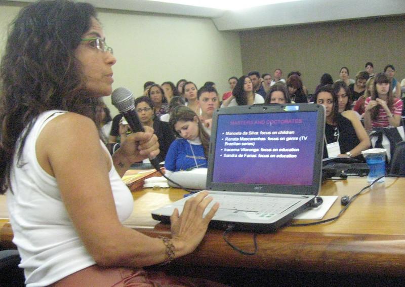 Eliana Franco discussing advanced study in description in Brazil.