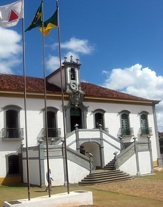 On my next-to-last day in the area, I traveled to nearby Mariana, the oldest colonial town in the state of Minas Gerais.  This is one site of the multi-campus UFOP--Universidade Federale de Ouro Preto.  My friend Bernd conducted a workshop on description and media in the morning; I led a workshop in description and performing arts in the afternoon.  This photo depicts a civic building, the Casa de Camara e Cadeia.