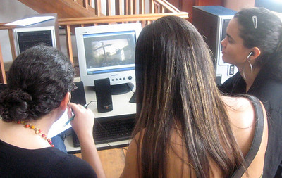 Students at a computer during Bernd's workshop.