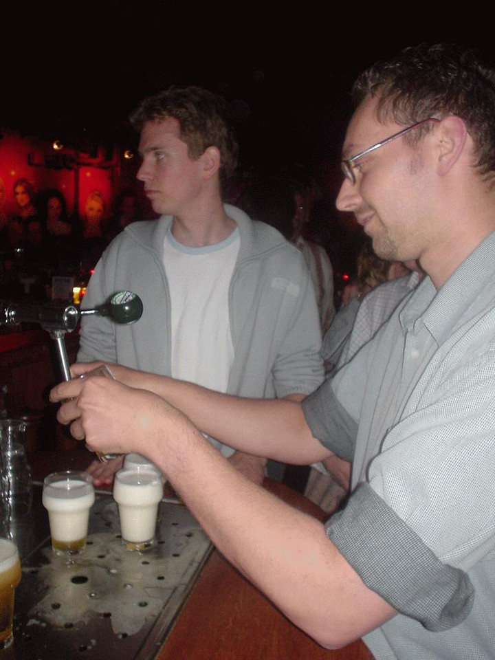 Gert, as a real Belgian, shows us how we professionally operate our own 15 liter beer tap