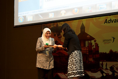 Dato' Yasmin Ayob recieving a token from Dr Goh Ai Sim on behalf of the MSH