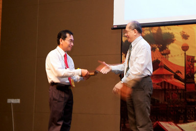 Token of appreciation for Prof Henry Gudum from Dr Alan Teh on behalf of MSH