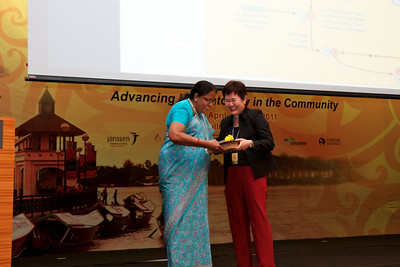 Dr Puru recieving a token from Dr Chew