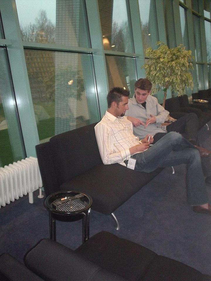 Klaas Oost (aka Rez) chatting with Willem Dijkstra (Narmaraktuk)