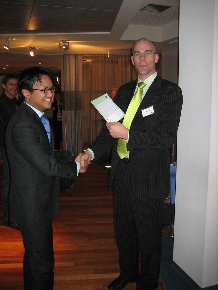 "Roelof presenting the winner of the ""TNO Challenge"""