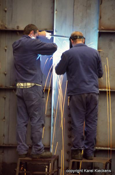 AGC 24 Mario en Rudy assembleren trechterbak