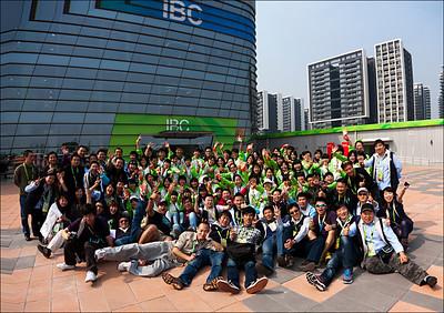 """2010年廣州亞運會GAB電視轉播公司的攝影師們與協助工作的志願者們在轉播中心前大合影,蕭燕""""混跡""""其中。"""