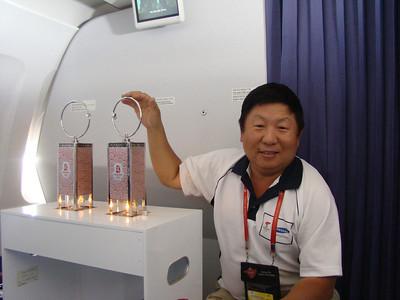 《蕭燕與2008北京奧運會火炬接力聖火專機上的火種燈》(2008)