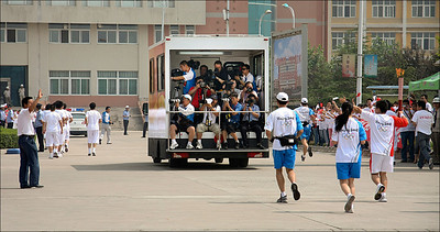 《蕭燕於2008北京奧運會火炬接力媒體車上》(2008)