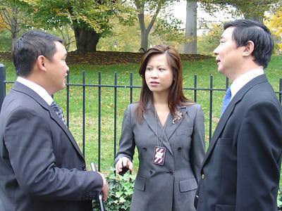 《凤凰卫视记者莫乃倩与刘正铸(右)和韩国电视同仁》