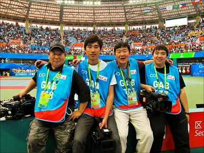 2010年受聘於廣州亞運會GAB電視轉播公司(與年輕同事們於賽場)