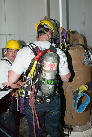Dave Leon<br /> back-view of harness used in confined space rescue drill conducted by the U. of Illinois Fire Service Institute April 10-14, '06.