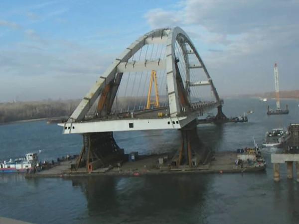 Ship-movement of Pentele bridge (wingspan: 312m) edit