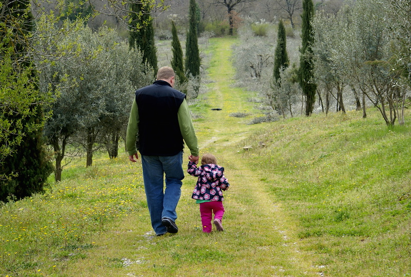 Francesca Mazurkiewicz's husband and daughter in Tuscany