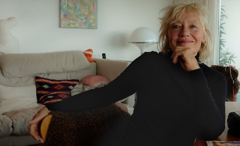 Emmy Scheele (Amsterdam) is een Nederlands fotograaf.<br /> <br /> Scheele volgde haar opleiding aan de Rijksacademie van Beeldende Kunsten te Amsterdam, afdeling Audiovisuele communicatie. Ze is zelfstandig fotograaf, specialisatie documentaire fotografie en portretfotografie. Daarnaast werkt zij in opdracht (onder andere voor de gemeente Amsterdam, Stadsherstel, editorial photography, portraits, documentary,  ) <br />  Docent fotografie (aan het Utrechts Centrum voor de Kunsten en het Leids Academisch Kunstcentrum).<br /> <br /> Bibliografie[bewerken]<br /> 2003 - Op de kop (tekst Patricia de Groot) (ISBN 9025418929)<br /> Externe link[bewerken]<br /> Emmy Scheele<br /> Categorie: Nederlands fotograaf