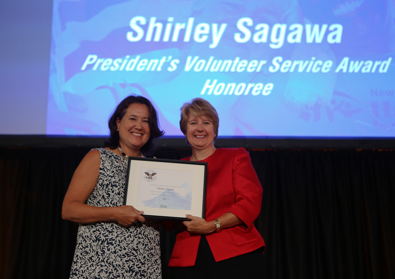 Shirley Sagawa receiving the President's Volunteer Service Award from CNCS, CEO Wendy Spencer. Corporation for National and Community Service Photo.