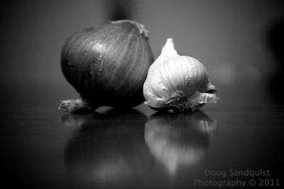 Red Onion and it's friend Garlic hanging out on the the dining room table!   06-15-2011