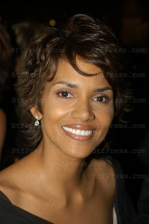 BEVERLY HILLS, CALIFORNIA -  SEPTEMBER 15 : actrice Halle Berry arrive au gala organise par Marvin et Barbara Davis au benefice des enfants Diabetiques, plus de  60 millions de  Dollards de benefice reunis au profit des enfants diabetiques . Beverly Hills Hilton ,Los Angeles, September 15, 2002..   (photo by Michel Boutefeu )