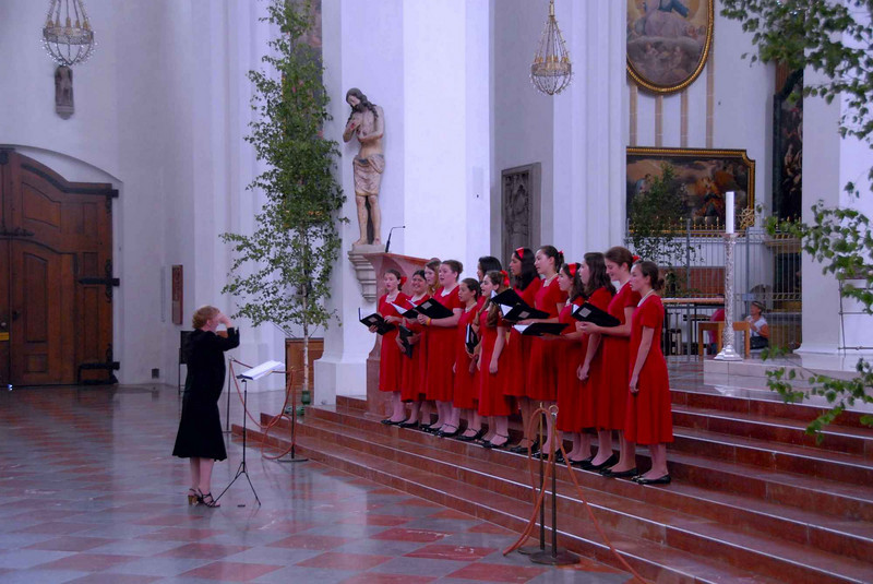 Singing at Frauenkirche, Munich