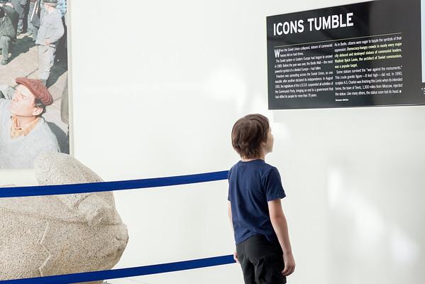 Newseum: Icons Tumble