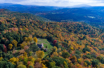 If only there was a way to make that view yours... Well, talk to @llindamayo at @fourseasons_sir, she can hook you up with this incredible VT property.  #uppervalleyvtnh #realestate #vermont #views #foliage #ruralliving #countryhome #aerialphotography #dronephotography #vtphotographer #oohpretty