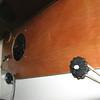 """De patrijspoort klapt naar binnen open (zit tegen het plafond aan) en de ontstane opening wordt door een simpele constructie van 4 delen triplex en epoxy afgesloten. Aan de bovenzijde wordt het ingeklemd door de twee """"cirkels"""" en aan de onderzijde worden de standaard klampen van de patrijspoort gebruikt om het te borgen. Het geheel sluit af op de rubberen pakking van de patrijspoort."""