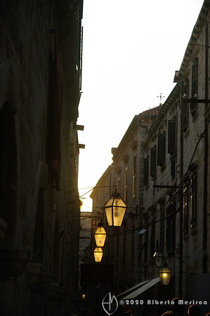 HR - Dubrovnik: lanterns