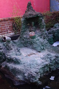 ChinatownCentralPlaza008-ShrineAndPond-2006-10-25.jpg
