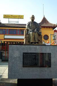 ChinatownCentralPlaza022-Statue-2006-10-25.jpg