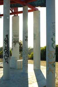 ElysianPark035-PillarsOfSculptureAtAngelsPoint-2006-10-18.jpg