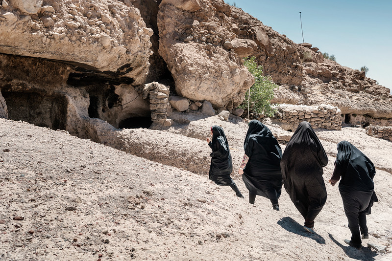 August 22, 2017 – Maymand, Iran. Women dressed with the traditional Islamic black chador in the ancient village of Maymand, located around 900km south of the capital Tehran. In this village, people live in troglodyte houses, caves dug into the rock. © Simone Tramonte