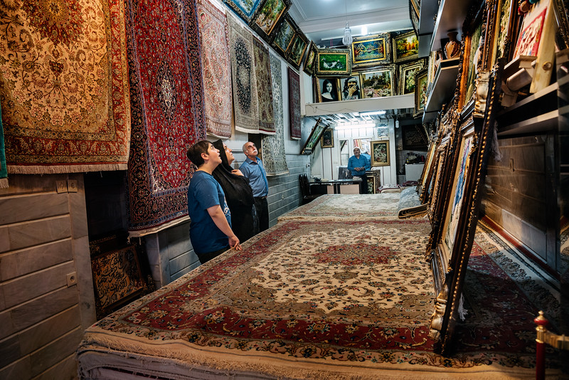 August 13, 2017 – Kashan, Iran. Customers choose made-in-Iran carpets at a bazaar in Kashan. © Simone Tramonte
